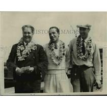 1927 Press Photo Richard Koger, Mr Grace & Mrs Spang with leis on in Hawaii