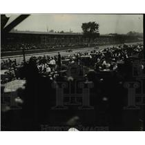 1930 Press Photo Crowds of fans at an auto race - net16909
