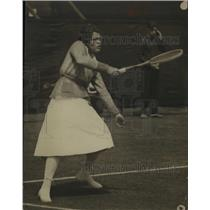 1921 Press Photo Edith Sigourney in action on tennis courts - net17241