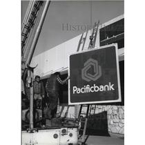 1979 Press Photo Tri State Sign Co Bob L Hill Hoisted Pacific National Bank Sign