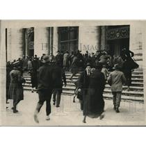 1922 Press Photo People Rushing into St. Peter's Church in Vatican City