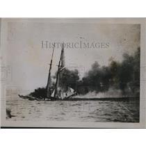 1918 Press Photo A Schooner Set On Fire By U-Boat - ney14687