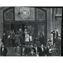 1971 Press Photo Students file out at the end of day at Washington High School.