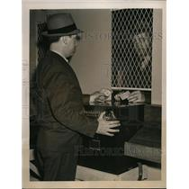 1940 Press Photo man tests new parimutuel betting machines at Jamaica Track
