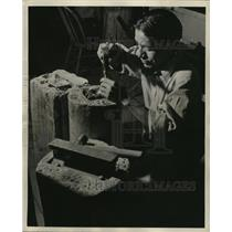 1945 Press Photo Native American Navajo Man Making Jewelry - ney15380