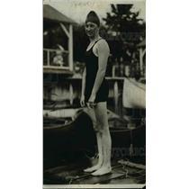 1918 Press Photo Swimmer diver Claire Galligun at a pool - net18934