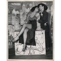 1953 Press Photo Couple at Crazy Horse Saloon in Paris, France - ney17781