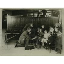 1918 Press Photo Orphan London Schoolchildren Fitted with New Shoes - ney18744
