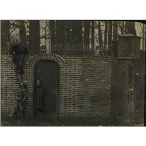 1920 Press Photo Dutch Children Playing on Ex-Kaiser's Wall - ney18834