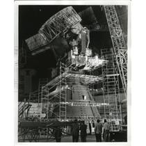 1960 Press Photo 50 Ton Crane Hoisting Antenna Pieces at Goodyear Aircraft