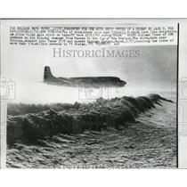 1960 Press Photo Plane Taking Off from Idlewild Airport During Snowstorm