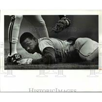 1990 Press Photo Harold Reynolds of Seattle Slide under Brook Jacoby of Indians
