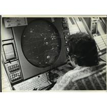 1981 Press Photo Air Traffic Controller Phil Ruskovich at the Aurora Flight Cntr