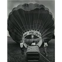 1985 Press Photo Tom Biskobing & Jody Witty held ropes of balloon -inflated
