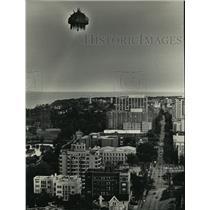 1987 Press Photo Flying Sculpture Dream Lab Balloon Flies Over Milwaukee