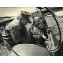1983 Press PhotoJim Naumann help Linda Steiner adjust strap before glider flight