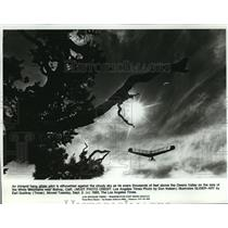 1980 Press Photo An intrepid hang glider pilot is silhouetted against the sky