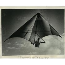 1977 Press Photo Byron Tzlaff hang gliding - mja03353