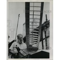 1952 Press Photo Ed Rogers with his model plane with twin engine - mja03437