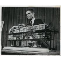 1987 Press Photo GF Leitner shows water desalting plant model by Aqua-Chem Inc.