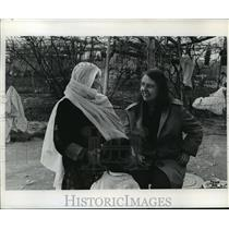 1973 Press Photo Writer Alicia Armstrong chatted with an Israeli Arab woman