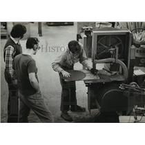1982 Press Photo A worker made an adjustment on a band saw in the carpentry shop
