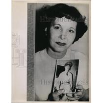 1953 Press Photo Mrs.Ruth Lyons hold the photo of son Lt. Sam R. Lyons