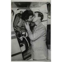 1953 Press Photo Clara Picardo Hyer Kisses Husband After Record Parachute Jump