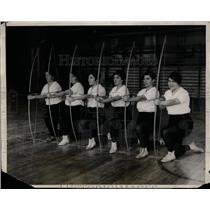 1928 Press Photo Members of the Temple University archery team at practice