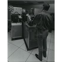 1977 Press Photo Broadcast technician Earl Zietz of WTMJ Radio City - mja26758