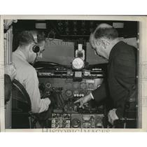 1947 Press Photo Pilot Explains Automatic Landing System to Senator in D.C.