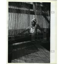 1982 Press Photo Carlos Ruiz adjusts antique loom, University of Wisconsin
