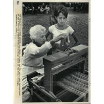 1983 Press Photo Marge Knaak teaches Ann Marie Cotton how to weave. - mja28030