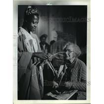 1983 Press Photo Patrick Fusi, weaver, and Hildegarde Oates at Milwaukee Museum