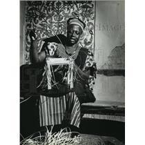 1983 Press Photo Patrick Fusi weaves a stool at Milwaukee Public Museum