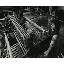 1983 Press Photo Susan Bosshard worked at one of the looms in her Town of Lisbon