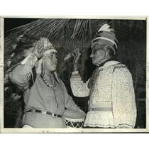 1938 Press Photo Chief Jimmy Osceola Welcome Sign to Chief Blue Beard Pueblo