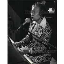 1981 Press Photo Martha Artis at the piano while singing - mja31076