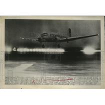 1949 Press Photo Plane Landing at Los Angeles Municipal Airport - ney19339