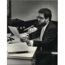 1983 Press Photo Thomas Butenhoff broadcasting stock market reports - mja31669