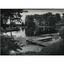 1977 Press Photo Foliage and homes were reflected in Nagawicka Lake in Delafield