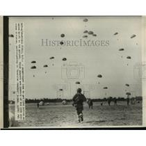 """1950 Press Photo 11th Airborne Division Paratroopers in """"Exercise Swarmer"""""""