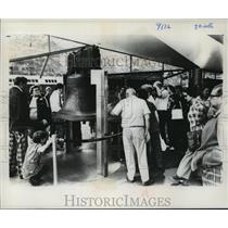 1977 Press Photo Visitors allowed to touch the precious Liberty Bell - mja32843