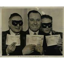 1961 Press Photo Soccer pool prize winners show off their checks in London