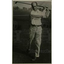 1922 Press Photo Howard B Lee playing golf at a course - net19998