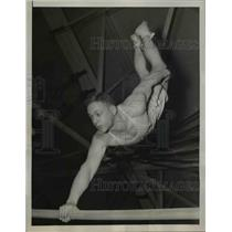 1939 Press Photo Robert Sears of West Point in parallel bars event in PA meet
