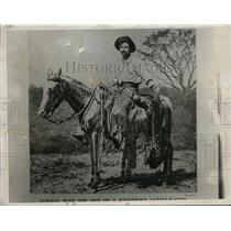 1932 Press Photo Cowboy saddled up on his horse holding skin of a wild cat
