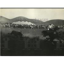 1929 Press Photo Cowboy in calf roping event at a rodeo - net21906