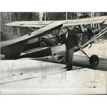 1980 Press Photo Larry J Donnernberg with L-5 a WWII medical evacuation plane