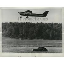 1961 Press Photo Cessna 172 Plane of Sweden Non-Stop Flight Refueled by Car